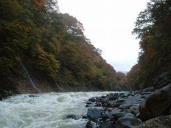吾妻川。右手前に巨大な溶岩塊がある