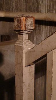旧燃料会館地下室への階段手すり