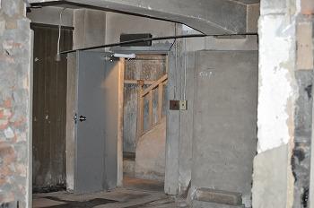 旧燃料会館地下室から階段を撮影