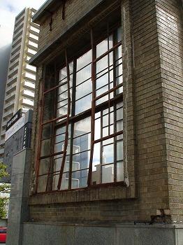 広島赤十字病院 爆風により内側に曲がった窓枠