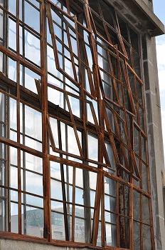 広島赤十字病院 外側に曲がった窓枠
