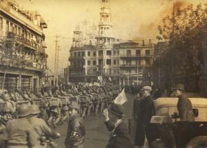 上海市内を行進する日本軍