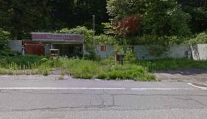 夏場のガソリンスタンド廃墟