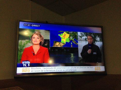 洪水を報じるフランスのテレビ