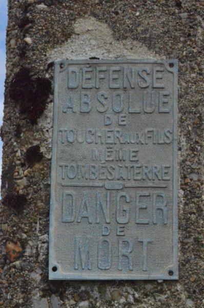 フランス電柱 注意板