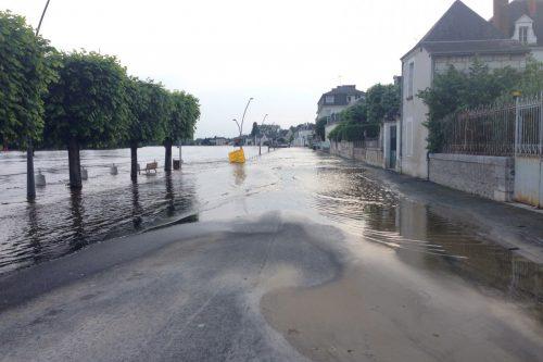 フランス洪水 モントリシャールで道路冠水
