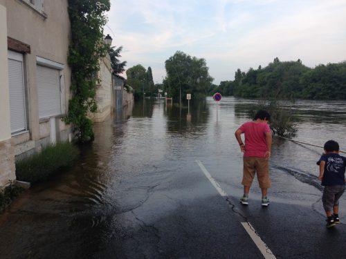 フランス洪水 モントリシャールの冠水した道路で遊ぶ子供たち