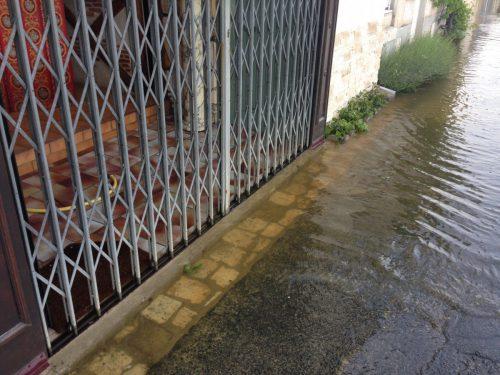 フランス洪水 モントリシャール店舗まで水が入っている