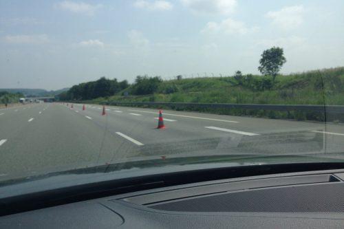 三角コーンで閉鎖された高速道路の一例 フランス洪水