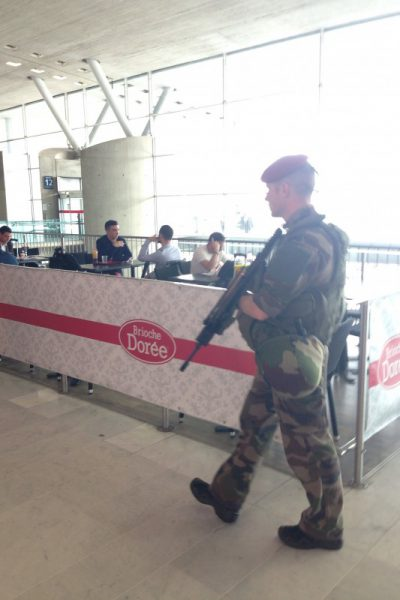 シャルル・ド・ゴール空港 小銃を持った兵隊