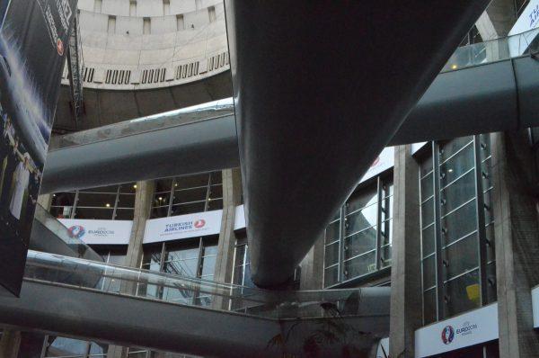 シャルル・ド・ゴール空港第一ターミナル 吹き抜けのエスカレーター