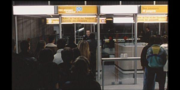 パリ空港の人々 入管審査