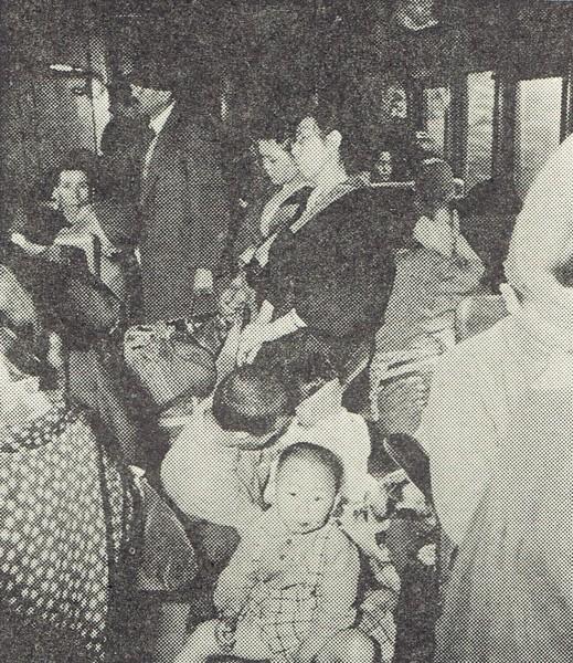 昭和19年の旅客列車の車内